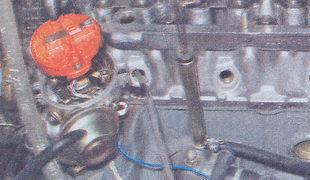 фиксирование клапана через свечное отверстие