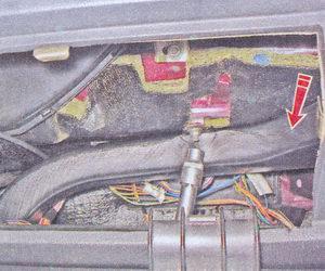 гайка крепления правого воздуховода к кузову ваз 2107