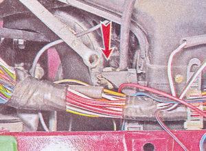 болт крепления оболочки гибкой тяги управления заслонкой отопителя ваз 2107