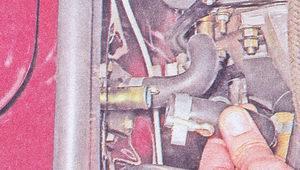 снятие шлангов с патрубков радиатора и крана отопителя