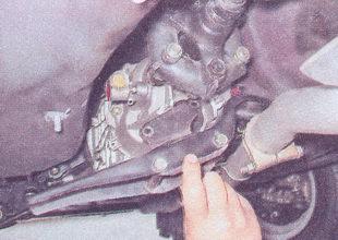 поперечина коробки передач в сборе с задней опорой двигателя ваз 2107