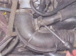 шланг подвода картерных газов к корпусу дроссельной заслонки
