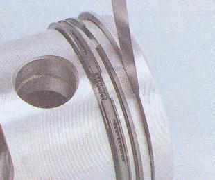 зазор между канавками поршня и поршневыми кольцами