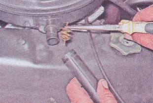 шланг отвода картерных газов - штуцер корпуса воздушного фильтра