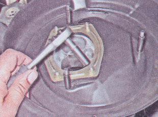 пластина крепление корпуса воздушного фильтра ваз 2107