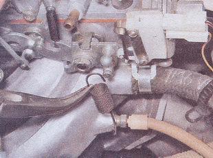 возвратная пружину дроссельной заслонки карбюратора ВАЗ 2107