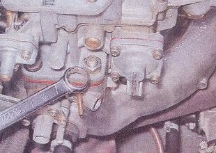 крепление карбюратора к впускному коллектору трубопровода автомобиля ВАЗ 2107