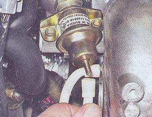 вакуумный шланг регулятора давления топлива