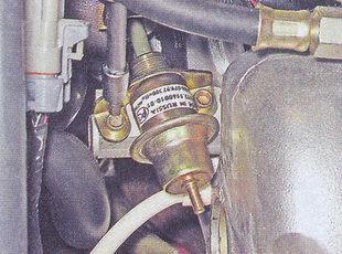 крепление регулятора давления топлива к топливной рампе
