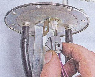 колодка проводов датчика указателя уровня топлива и электробензонасоса ваз 2107