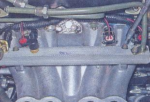 крепление топливной рампы к впускному коллектору