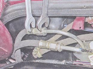 штуцера сливной и подводящей трубок топлива