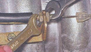 крепление оболочки троса педали «газа» к кронштейну