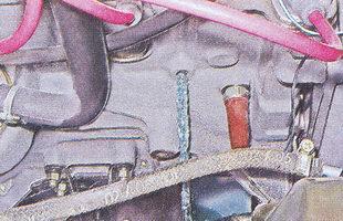 сливаем охлаждающую жидкость из блока цилиндров ваз 2107