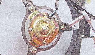 крепление электродвигателя вентилятора радиатора к кожуху