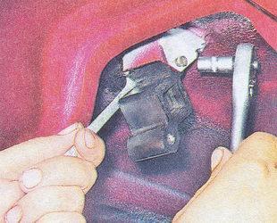 крепление подушки глушителя к кронштейну кузова ваз 2107