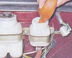 удаление жидкости из бачка сцепления ваз 2107