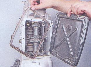нижняя крышка, прокладка коробки передач ваз 2107