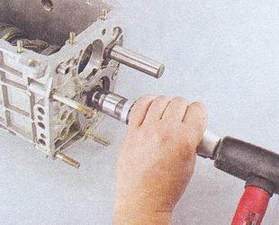 крепление стопорной пластины промежуточного подшипника вторичного вала кпп ваз 2107
