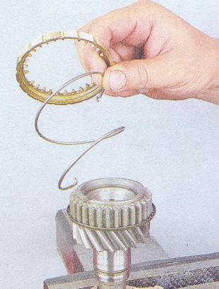пружина синхронизатора IV передачи