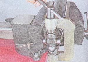 выпресовка иголчатых подшипников из вилки переднего карданного вала ваз 2107