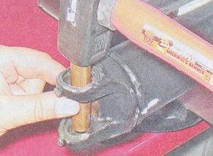 выпрессовка подшипников из вилок заднего и переднего карданных валов ваз 2107