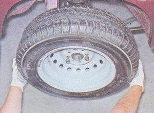снятие подшипника полуоси из фланца балки заднего моста автомобиля ваз 2107