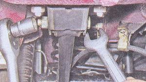 гайка болта крепления нижней продольной реактивной штанги к кронштейну заднего моста