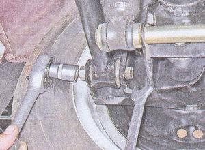 гайка болта крепления поперечной штанги к кронштейну заднего моста