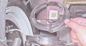 нижняя пластмассовая прокладка задней пружины