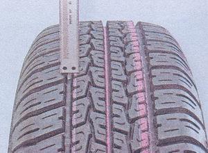 измерение глубины протектора на шине