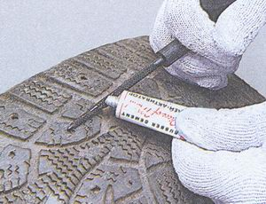 нанести клей для ремонта бескамерной шины
