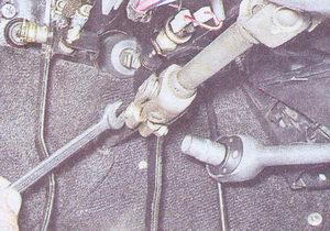 гайка крепления карданного шарнира промежуточного вала к валу рулевого редуктора