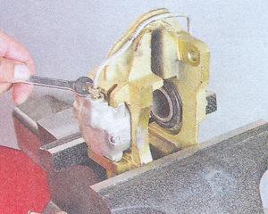 штуцера крепления соединительной трубки рабочих тормозных цилиндров