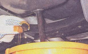 слив масла с двигателя автомобиля ваз 2107