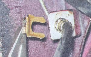 скоба фиксирующую тормозной шланг