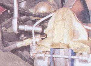 болт крепления фиксирующей скобы тормозного шланга