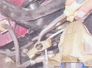 фиксирующая скоба тормозного шланга