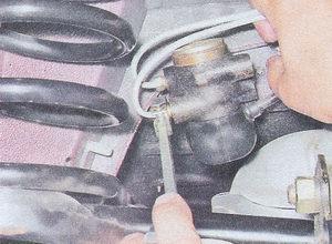 штуцера тормозных трубок - регулятор давления тормозов