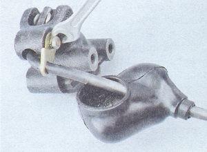 болт крепления стопорной пластины рычага привода регулятора давления тормозов