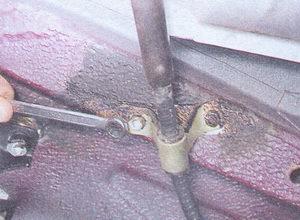 гайки крепления кронштейна заднего троса ручного тормоза к кузову ваз 2107