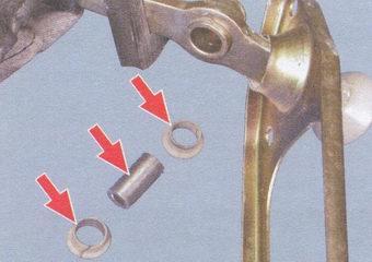 ось рычага переключения передач с двумя пластмассовыми втулками
