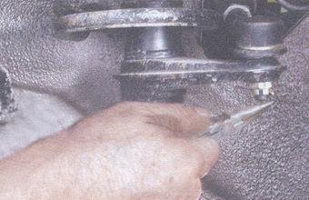 шплинт гайки крепления шарового шарнира рулевой тяги к поворотному рычагу