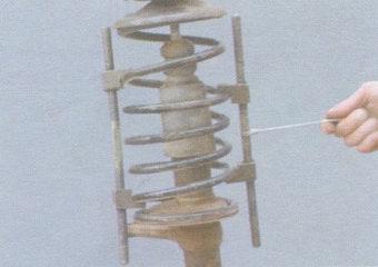 специальные стяжки пружины передней стойки