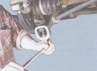 выпрессовка шаровой опоры из рычага подвески