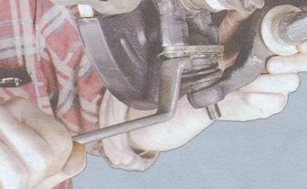 болты крепления шаровой опоры к поворотному кулаку