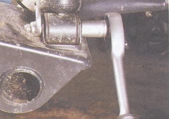 гайку нижнего крепления заднего амортизатора