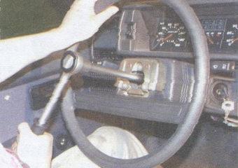отверните гайку крепления рулевого колеса