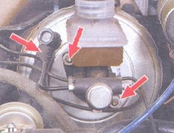 шланг обратного клапана - гайки крепления главного тормозного цилиндра к вакуумному усилителю