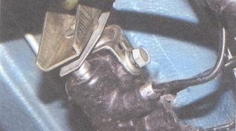 болт крепления регулятора тормозов к кронштейну